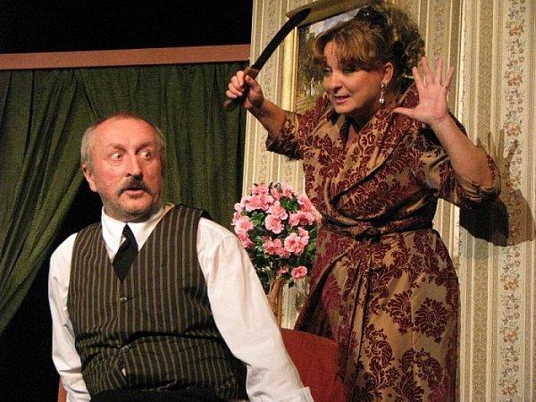 Herci Oldřich Navrátil a Martina Hudečková (na snímku) předvedli zaplněnému divadlu Na Kovárně vúterý večer své komediantské schopnosti.