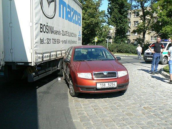 Dopravní kolaps způsobily dvě nehody. Jedna se stala u Valů, druhá na kruhovém objezdu při výjezdu na Kolín (na snímku).