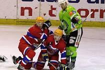 NA KOLENOU. Hokejisté Nymburka vyšli v zápase na ledě Sokolova naprázdno