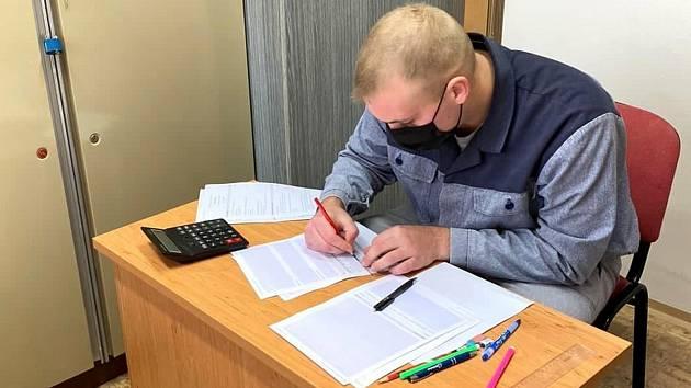 Vězeň Tomáš Müller při skládání závěrečné zkoušky na elektrikáře.