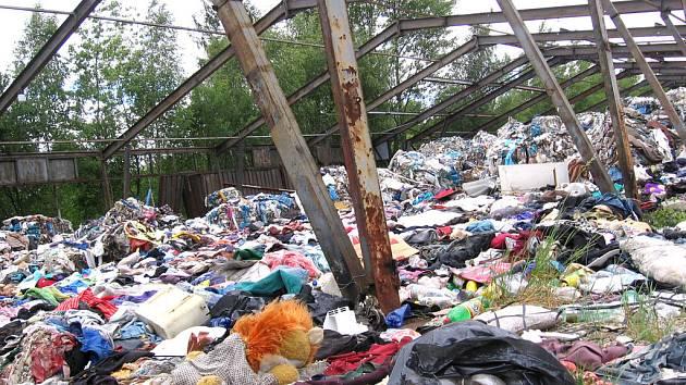 Rozházené svršky, zapáchající a tlející odpadky, vše na hromadách rozházených bez ladu a skladů. Nikde žádný plot. Tak vypadá nelegální skládka v Milovicích.