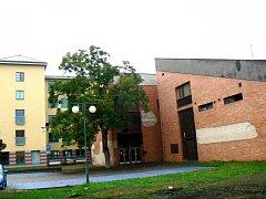 Vpravo chátrající kulturní dům, vlevo přístavba ZŠ Tyršova.