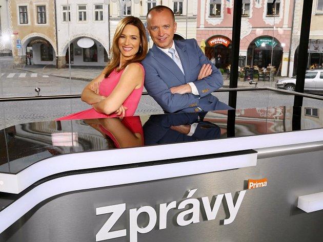 Televizní moderátoři Klára Doležalová a Karel Voříšek, kteří budou vysílat z Poděbrad živě zprávy.