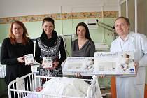 Nymburská porodnice získala od Nadace Křižovatka nové monitory dechu pro novorozence. Financovala je nymburská společnost Magna.