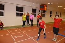 Nově rekonstruovaný atletický tunel nymburského Sportovního centra okupují nejen atleti, ale využívají jej i další sportovci, například hasiči.
