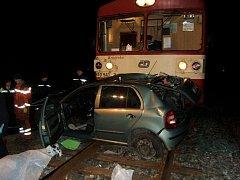ŠKODA FABIA na železničním přejezdu u Běrunic po srážce s osobním vlakem kolem 20. hodiny v neděli 3. března. Řidička auta vlak zřejmě neviděla a vjela na nechráněný přejezd, náraz nepřežila.