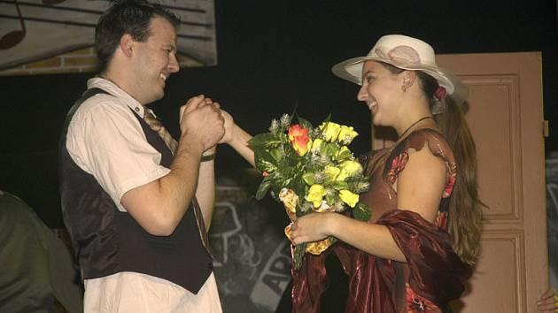 Poloprofesionální soubor nymburské režisérky Evy Hrubé včera v premiéře uvedl hru o Karlu Hašlerovi.