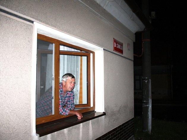 Zdeněk Palán doma asi hodinu poté, co blesk uhodil do sloupu vpravo u jeho domu