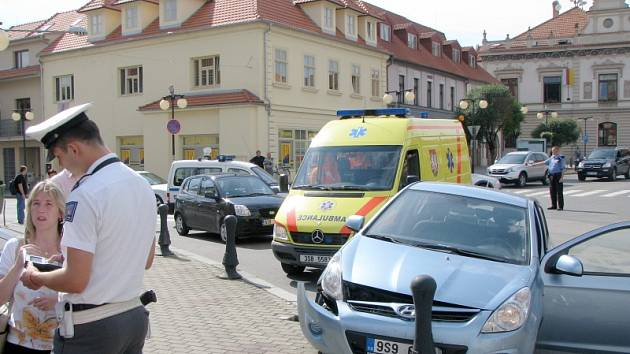 Důsledkem velkého množství vozidel projíždějících křižovatkou jsou i nehody
