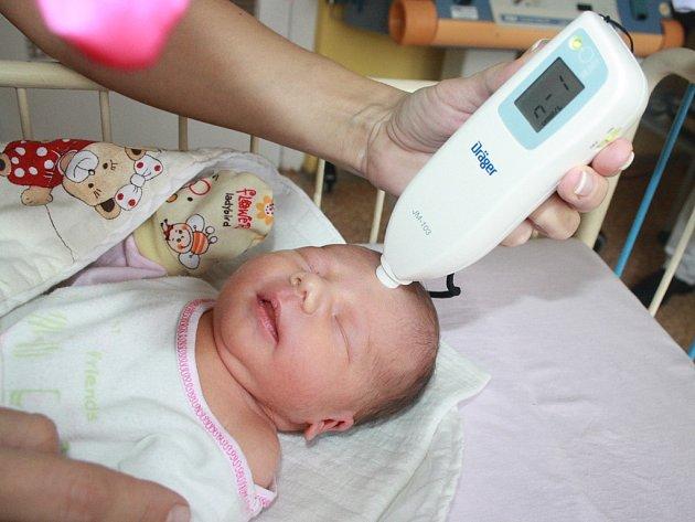 Nový přístroj na měření novorozenecké žloutenky darovala nymburské nemocnici Nadace Kapka naděje.