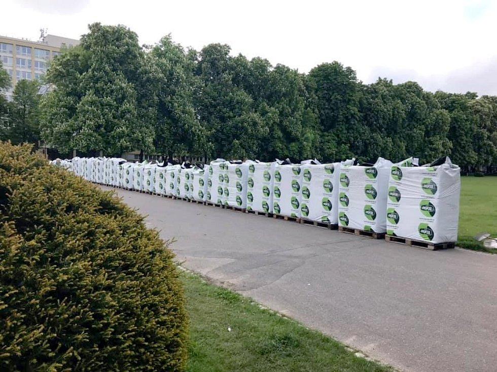 V centrálním lázeňském parku dochází k výsadbě letniček.