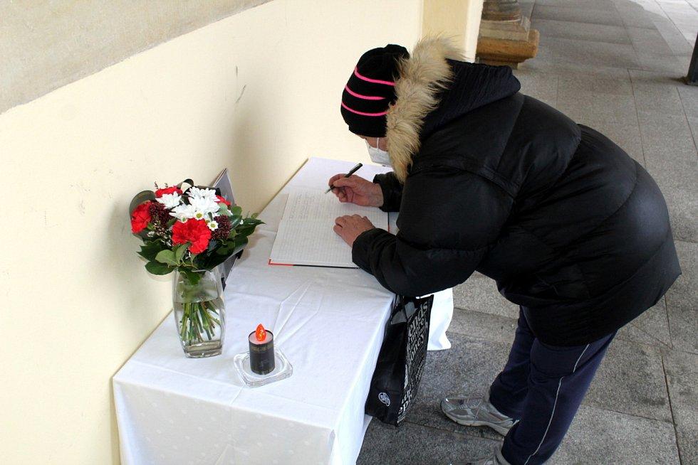 Pietní místo, kde se místní mohou rozloučit s dlouholetým starostou Nymburka Ladislavem Kutíkem, vzniklo v podloubí radnice na náměstí.