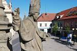 Vandal, který ulomil v půlce srpna část ruky sv. Prokopa na mariánském sloupu na Jiřího náměstí, byl dopaden.