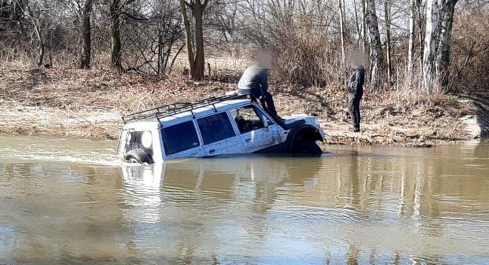 Na pomoc autu v Cidlině přijeli hasiči.