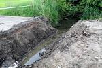 Bagr provedl ve čtvrtek výkopové práce u strouhy na kraji mokřadu v Lysé nad Labem. Podle radnice oprava výpustku, podle ekologů snaha vysušit mokřad.