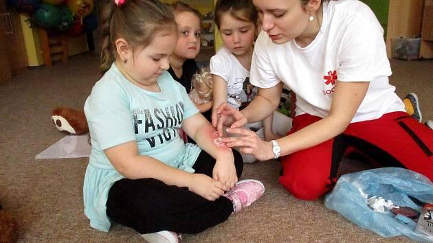 Děti v Mateřské škole Větrník se od zdravotnice přiučily něco o první pomoci.
