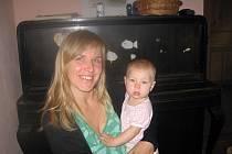 Markéta Čapková z Nymburka se svojí desetiměsíční dcerou Josefínou.