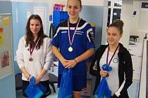 ZLATO. Dvě první místa vybojovala na neratovických závodech plavkyně Lokomotivy Nymburk Tereza Konšelová (uprostřed).