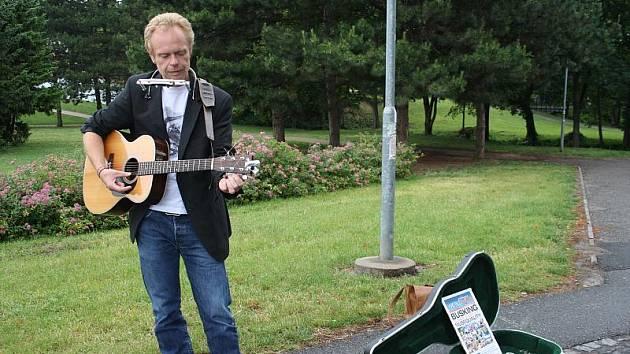 Písničkář Alias hraje pod hradbami v Nymburce pro charitu