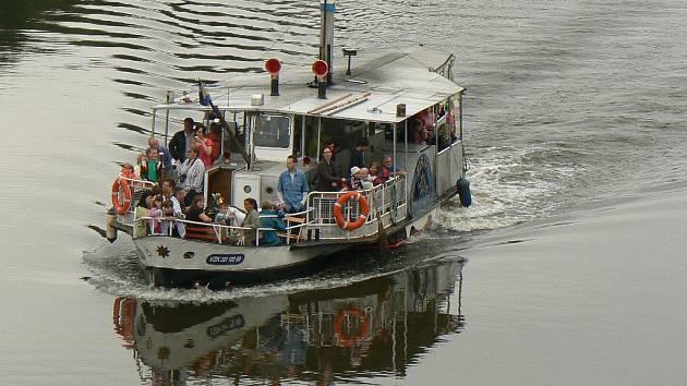 Takto v Nymburku vyjela loď o masopustním průvodu. Turistů by nejen na Labi, ale také na Vltavě mohlo přibýt.