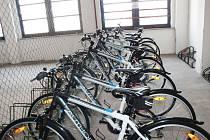 NOVÉ PŮJČOVNY kol už fungují na nádraží v Poděbradech, Lysé nad Labem a Nymburce. V posledně jmenované je k dispozici 8 jízdních kol s plnou výbavou.