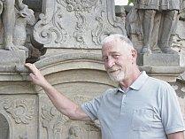 Sochař a restaurátor Jan Vích opravuje sochy ze hřbitova u kostela sv. Jiří.