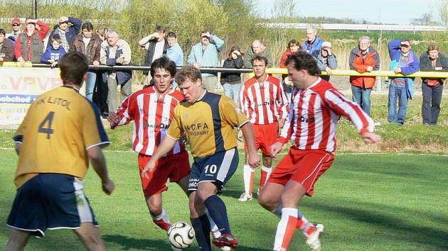 Domácího Tomáše Zikmunda (s míčem) se snaží obrat dvojice kosořických hráčů.