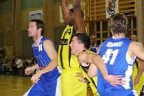 Košíkáři Sadské (ve žlutém) doma vyhráli, když zdolali Ústí nad Labem