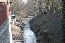 Kolem toku Malých Valů v Nymburce se šíří už několik týdnů nepříjemný zápach.