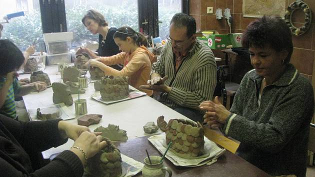 O víkendu se v lesním ateliéru Kuba vyráběly i hliněné ryby