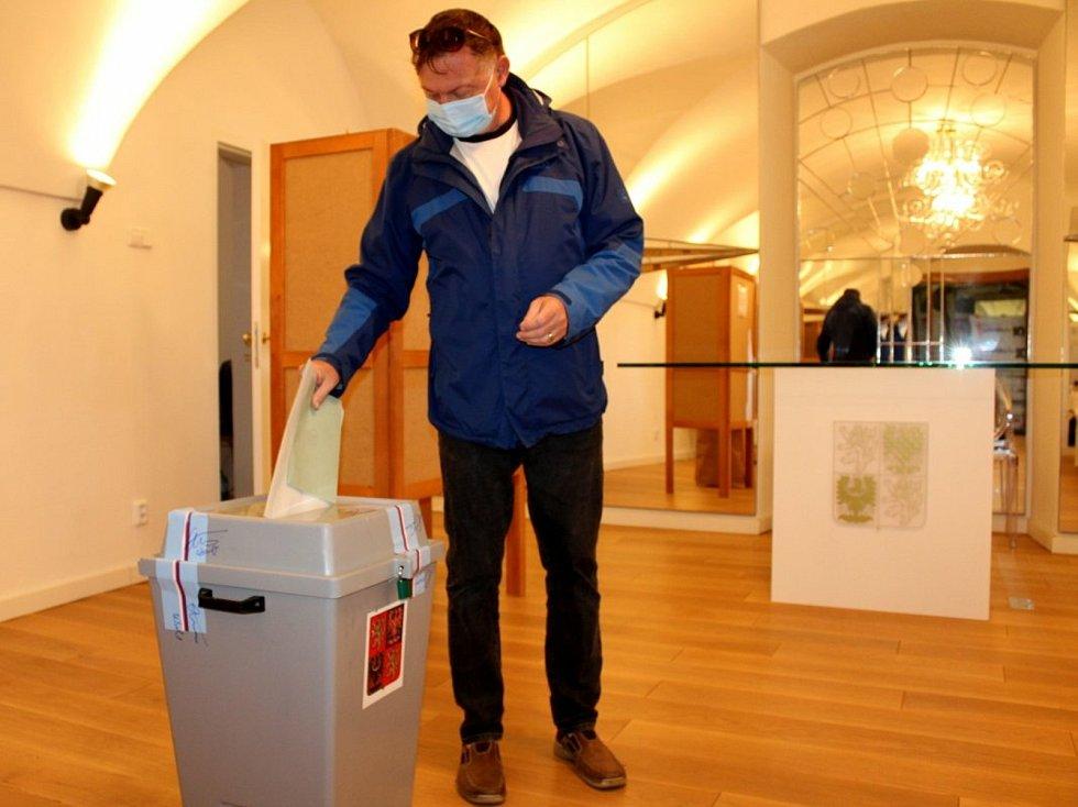 Z krajských voleb a místního referenda v Lysé nad Labem.