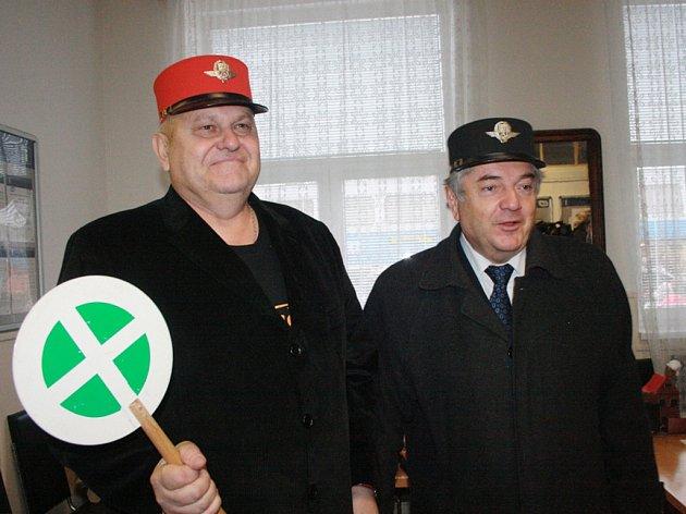 Slavnost při příležitosti odhalení pamětní desky Bohumilu Hrabalovi na železniční stanici Kostomlaty nad Labem.