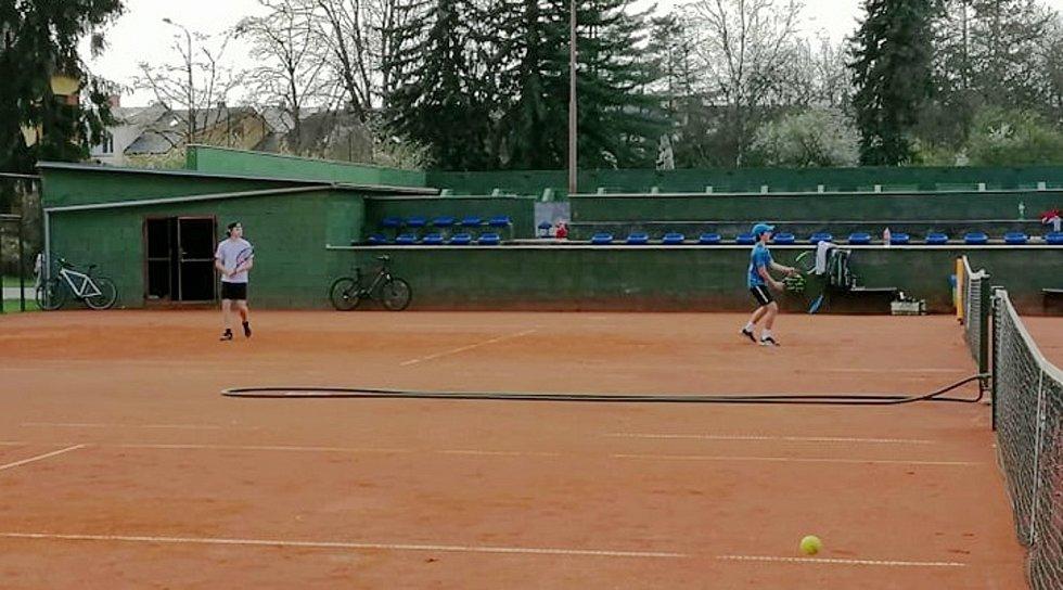 Z tréninku dětí na tenisových antukových kurtech v Poděbradech.
