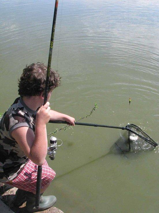Na nymburské Rémě si užívá rybaření na týdenním táboře 22 kluků.