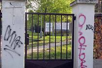 V tomto areálu bývalého učiliště v Sadské by mohl vzniknout v budounu dětský domov.