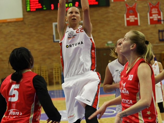 Basketbalistky Nymburka (v bílém) doma porazily Slavii Praha o dvaadvacet bodů 77:55 a v sérii vedou jedna nula na zápasy