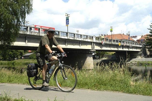 Silniční most přes Labe v Poděbradech čeká zásadní úprava. Zvětšení jeho podjezdné výšky by mělo stát přibližně 130 milionů korun.