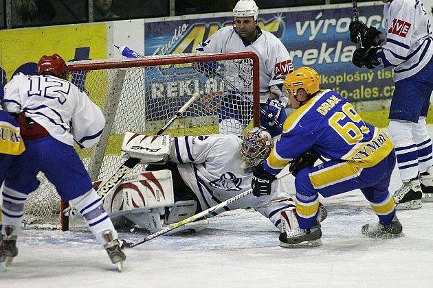 Z hokejového utkání 2. ligy Nymburk - Kolín 5:2.