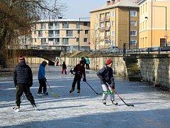 O víkendu se bruslilo na zamrzlých Velkých Valech.