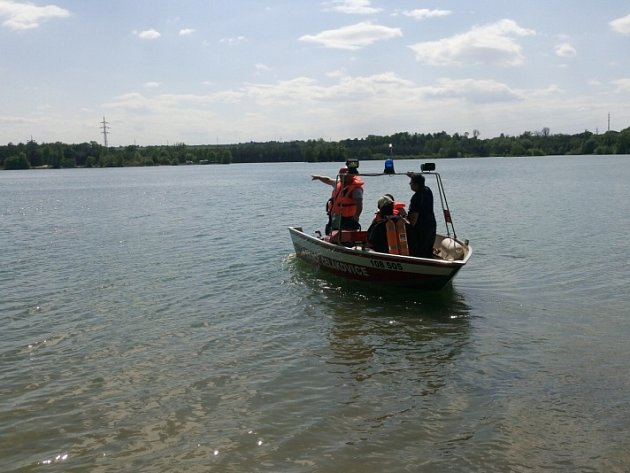 Hasiči vyráželi k topícímu se muži v jezeře Mezi Mosty u Čelákovic.