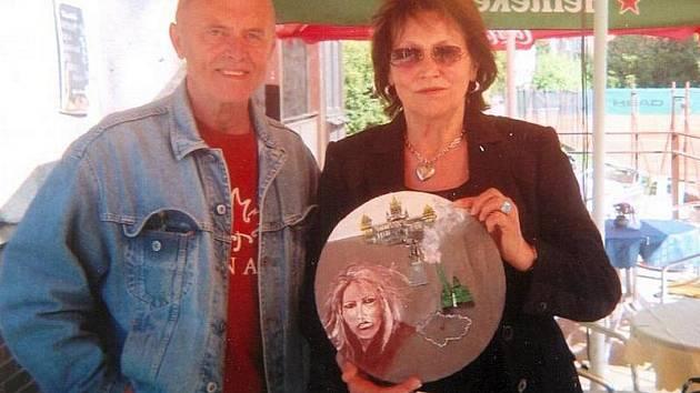 Výtvarník Ropek se zpěvačkou Martou Kubišovou a pomalovanou deskou s motivy Kubišové písně Modlitba pro Martu.