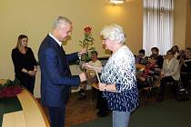 Senioři dostali ocenění v obřadní síni nymburské radnice.