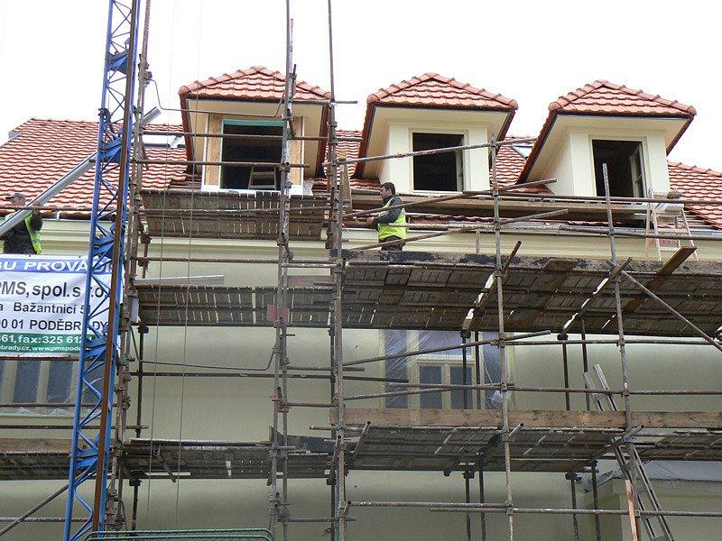 Rohový dům na poděbradském náměstí se mění z trosky na rezidenci.