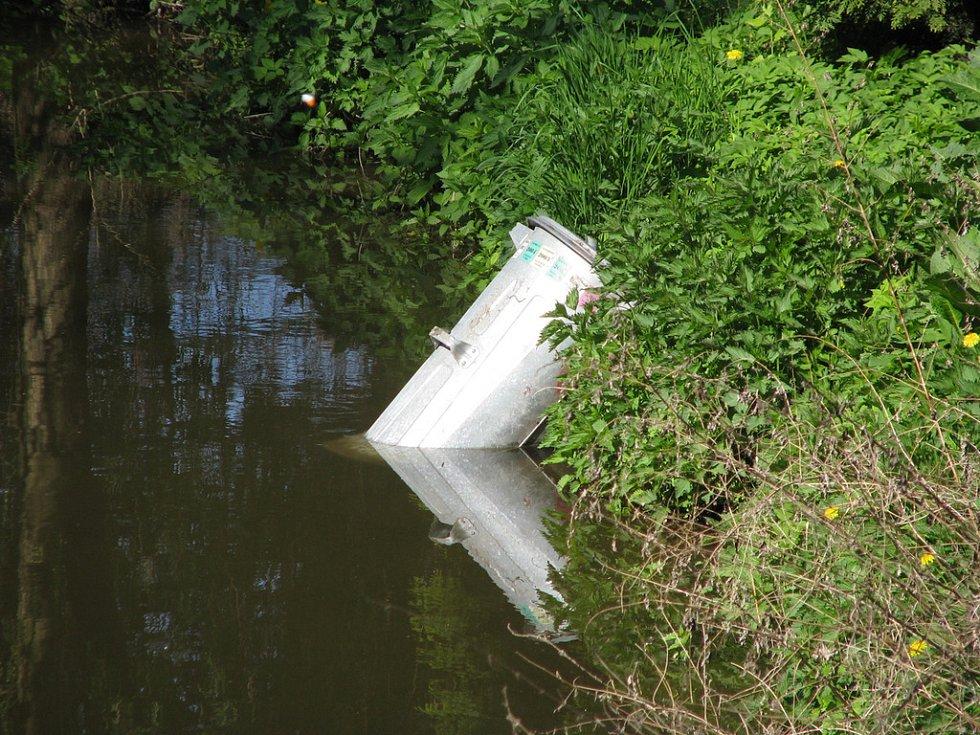 V Malých Valech v Nymburce plave zapomenutá popelnice.