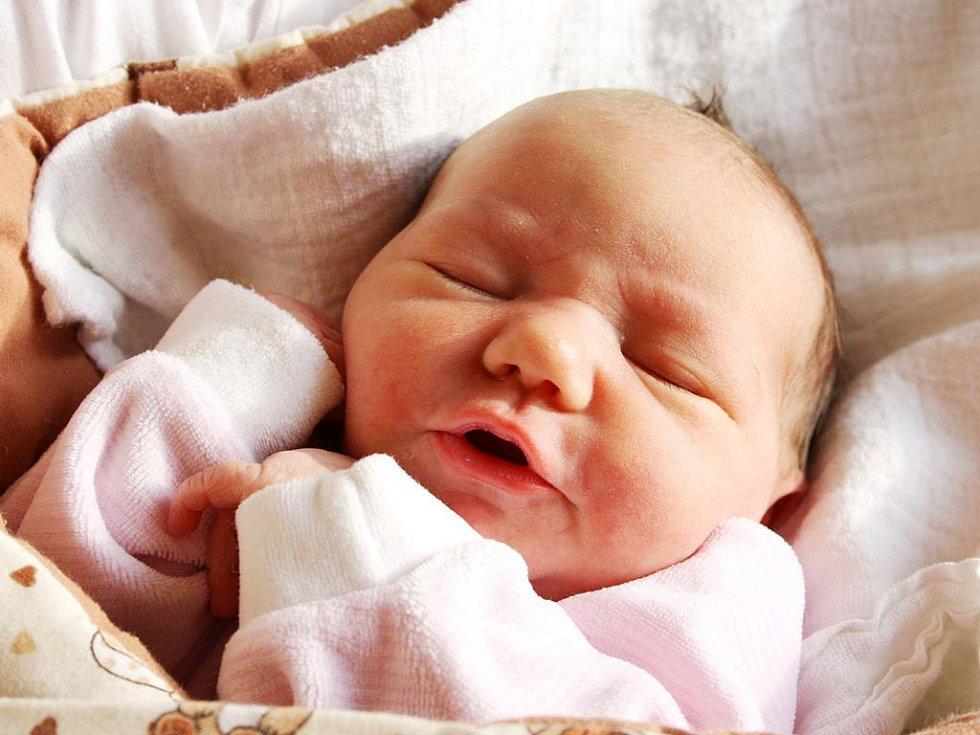 NA ELIŠKU ČEKÁ BRÁŠKA. Doma v Milovicích přivítají novorozenou Elišku Prochovníkovou rodiče Lucie a Tomáš a tříletý bráška Vojtíšek. Předem prozrazená holčička po porodu v úterý 7. února 2012 měřila 49 cm a vážila 3 440 g. Na svět přišla v 8.08 hodin.