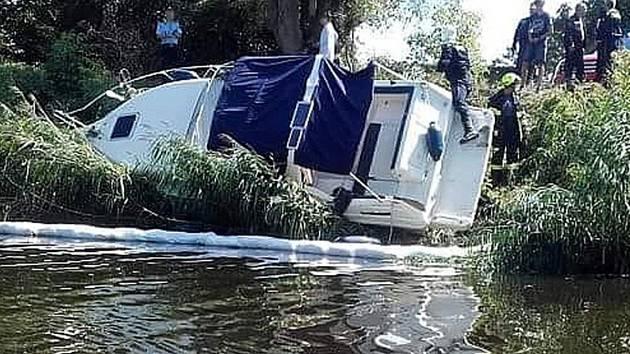 Nezvyklou situaci viděli lidé na břehu proti nymburským dokům. Člun vylétl z Labe na břeh.