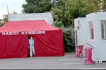 Testovací místo v Nymburce na parkovišti u zadního vchodu nemocnice.