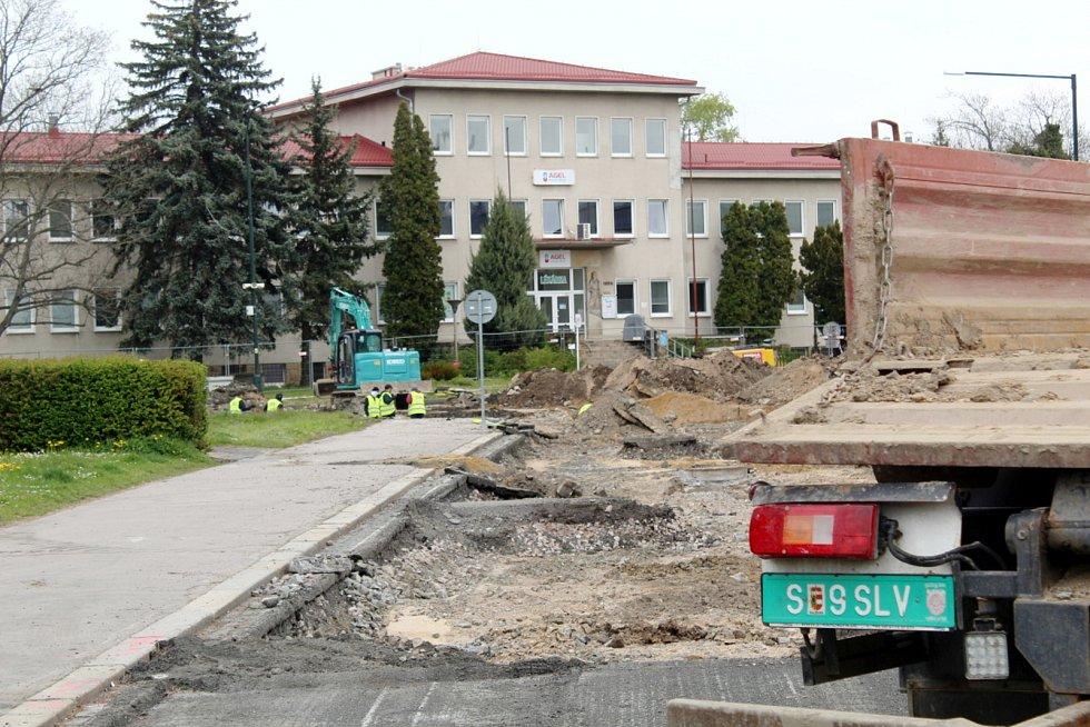 Problémy se stavbou dvou kruhových objezdů u nemocnice v Nymburce neberou konce.