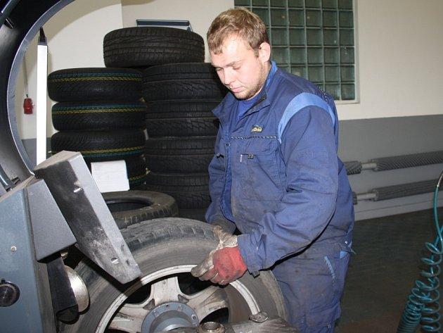 Mechanik Pavel Cindr z pneuservisu má teď plné ruce práce s přezouváním zimních pneumatik.