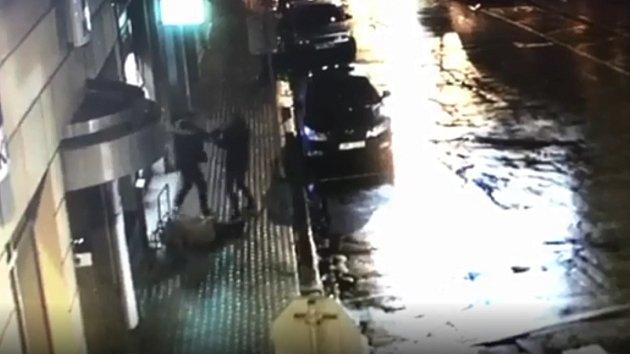 Dva muži napadli v Poděbradech u bankomatu třetí osobu.
